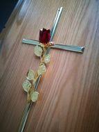 croce con rosa rossa dettaglio