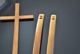 croce maniglie in legno particolare