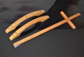 croci e maniglie in legno verniciato in tinta con cofani
